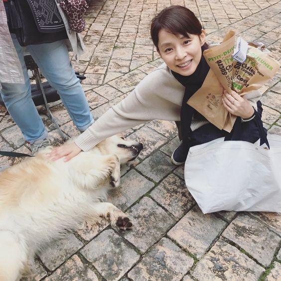 犬をなでる石田ゆり子