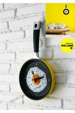 Horloge humoristique poele et oeuf sur le plat jaune idée cadeau fun insolite