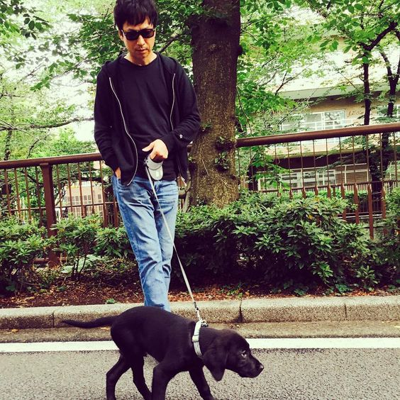 犬と散歩中の椎名桔平