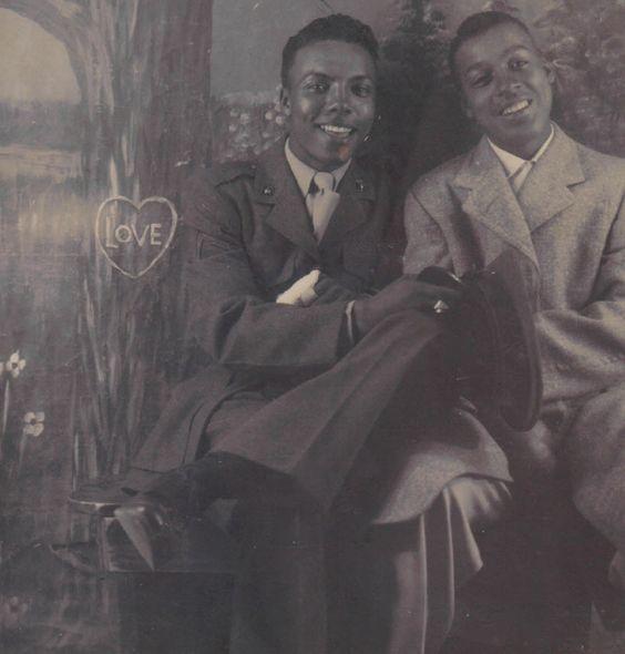 """""""Hidden in the Open: Photographic Essay of Afro American Male Affections"""". (Ensayo fotográfico de los afectos entre hombres afroamericanos)  Historiador Trent Kelley muestra más de 200 fotografías de parejas gays afroamericanas de los últimos 150 años.  https://www.flickr.com/photos/hidden-in-the-open/sets/72157636646867885/"""