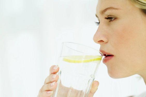 Es verano, el calor está que mata y mueres por un refresco, tomas limonada y te sientes mucho mejor. Sabes que estás tomando vitamina C, potasio y fibra, pero hay algunas contraindicaciones de beber agua con limón en exceso; te invito a que las conozcas en el siguiente artículo.Daños de beber agua con limón#1 Det
