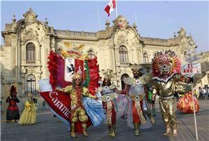 Turismo aumenta en Cajamarca por los Carnavales.  La ciudad de Cajamarca en el departamento del mismo nombre es un lugar tranquilo durante todo el año, pero cuando viene el verano, comienza el carnaval, una de las manifestaciones culturales más grandes del país, y desde muy tempranas horas la gente de diversos distritos llegan pintarrajeados, armados de pintura, betún, talco y globos con agua.
