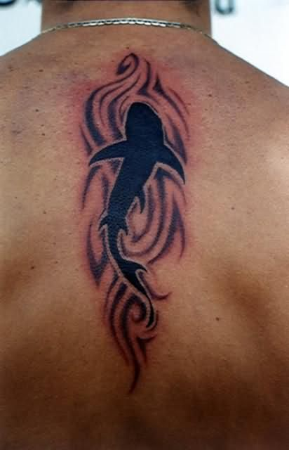 Tattoo sur le dos requin tribal