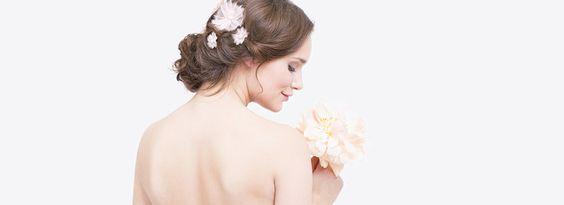 langes, schlichtes Brautkleid in Empire-Linie mit besticktem Oberteil und Herzausschnitt (www.noni-mode.de - Foto: Le Hai Linh)