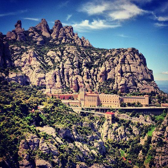 La Moreneta, patrona de Cataluña, se encuentra en el monasterio benedictino de Santa María de Montserrat , una visita turísitica que no hay que perderse si vas por Barcelona.