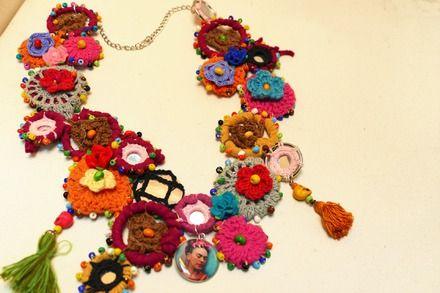 Un magnifique collier hommage aux fleurs et couleurs de style mexicain festif…