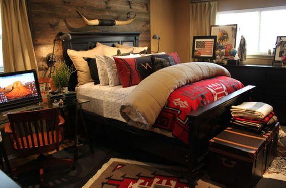 großes Bett in dunklem Holz mit geometrischen Formen, Kissen und Glastisch