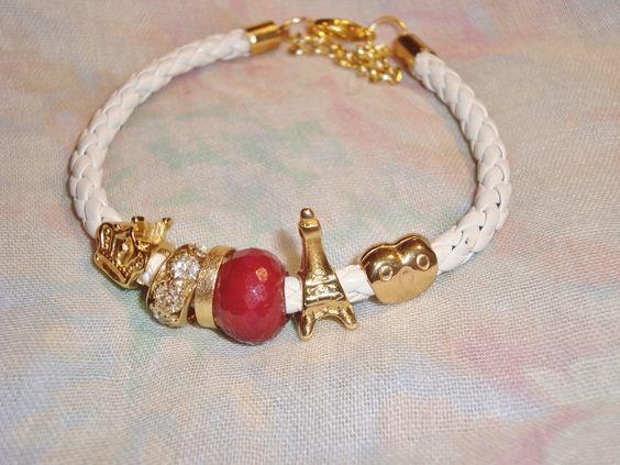 pulseira de couro branco com berloques