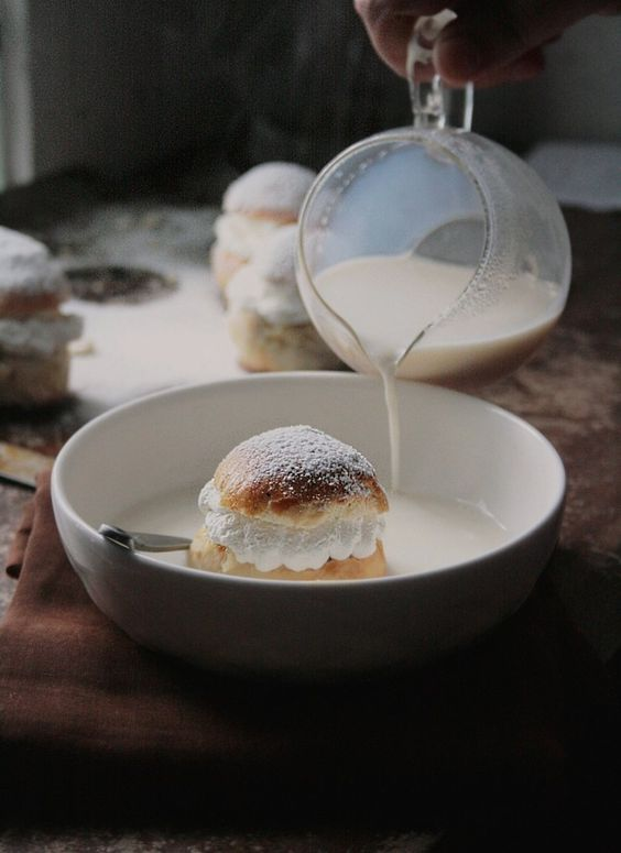 Hetvagg / Semla Buns in Hot Milk:
