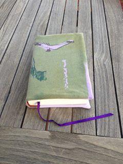 funda libro con camisetas recicladas