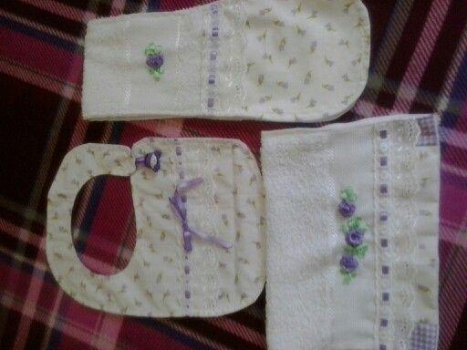 Conjunto: Babador, regugitador e toalhinha lilás.