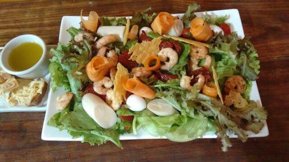 Salada com camarao