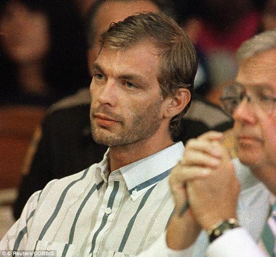 Jeffrey Dahmer pasaría de la fantasía a la realidad con el asesinato de su primera víctima: un joven quien pedía un ride en la carretera.