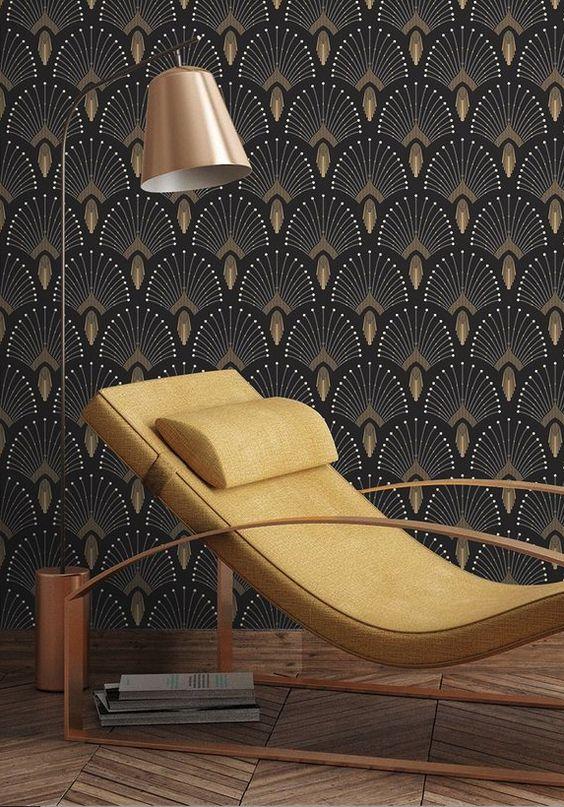 Ce fauteuil aux allures design retro apporte une réelle dynamique à cette pièce déjà très caractérisée avec un esprit art-déco rappelé par les motifs du papier peint. Decoclico #déco #papierpeint #Art-Déco #style #design #fauteuil #jaune #gold #doré #sombre #sobre #chic #ambianceretro