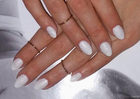 Białe paznokcie z brokatem. Lakier Lovely i Sugar Top Coat My Secret 225