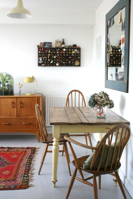 Comfy country table and chairs in this casual dining room. Strikes a nice balance.
