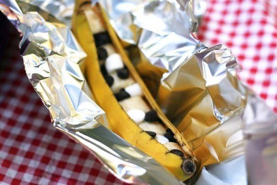 Una original idea para el postre de la acampada. platos bananisticos rellenos de chocolate, y plátano a la canela. Enrollar con papel de aluminio y ... ¡a la fogata!.