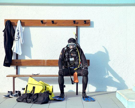 Комплект для погружения с аквалангом, к которому прилагается сумка.     Лахдар — электрик, его страсть — дайвинг. Он отдал €3 000 за своё снаряжение два года тому назад. Он знает Средиземное море как свои пять пальцев и сожалеет, что водное пространство потеряло почти 90% морских видов, там обитавших. По медицинским показаниям Лахдар вынужден ограничить свои погружения до глубины 20 м, поэтому и продаёт своё ультрасовременное обмундирование.