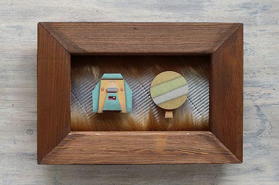 きこりと木のペーパーレリーフです。素材は紙です。背景の一部にフェイクファーを使用しています。木枠SMサイズ(227×158㎜)額にはガラスまたはア...|ハンドメイド、手作り、手仕事品の通販・販売・購入ならCreema。
