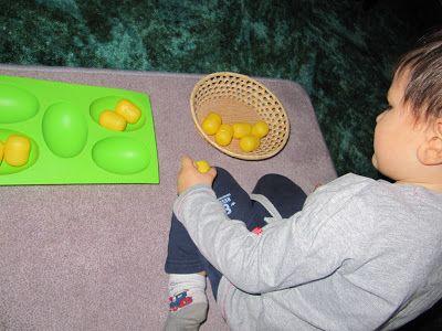 Dźwiękowe jaja - plastikowe jajka (z jajek niespodzianek) wypełnione różnymi materiałami - zadaniem dziecka jest znalezienie par.