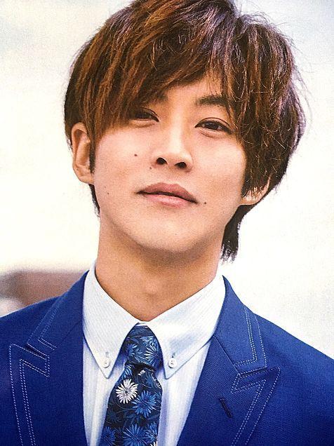 青いスーツの松坂桃李