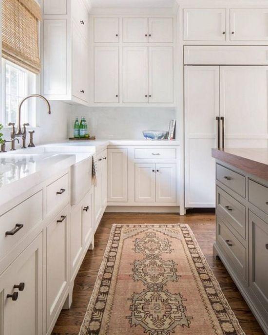 W Bialej Kuchni Postawiono Na Klasyczne Umeblowanie Z Jasnymi Szafkami Ladnie Komponuje Sie Drewniana Pod Kitchen Design Kitchen Inspirations Kitchen Interior