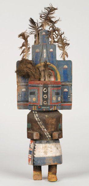 """Grande KACHINA HEMIS HOPI (Arizona), circa 1920 / 1930 Le masque est orné d'une tableta bleue décorée de motifs """" phalliques """" représentatifs d'épis de maïs. Plumes d'aigle ornant l'escalier pyramidal… - Rossini - 12/02/2009"""