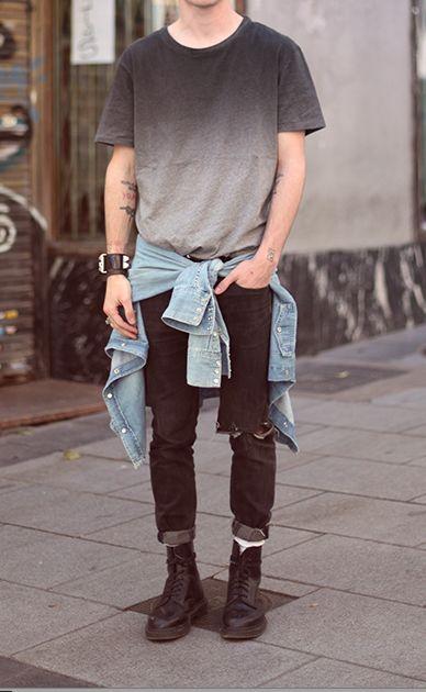 Camiseta em degradê + camisa jenas na cintura + calça rasgada + coturno. Fórmula de um look certeiro. Ma dúvida do que usar? Use este!