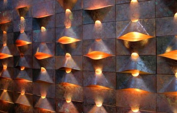 LUM: sistema de iluminación integrado en revestimiento. La compañía chilena Qstudio es quien produce LUM, un sistema de iluminación que está incorporado en un material de revestimiento con lámina de cobre LEC. Con este método se pueden crear bellas composiciones de revestimiento en relieve, e iluminación LED. Es un producto sostenible, en el que además trabajan reclusos de un centro penitenciario.  #Decoración, #Iluminación, #Materiales, #Vídeos