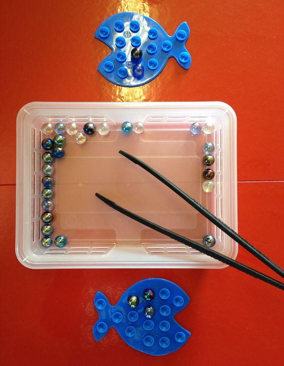 À l'aide des pinces mettre les billes dans les ventouses (poissons anti-glisse pour baignoire):