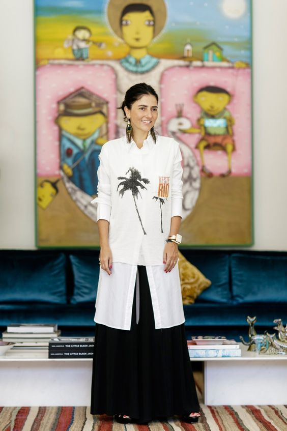 Look da Alice Ferraz com saia preta e camisa comprida branca com bordados de coqueiro