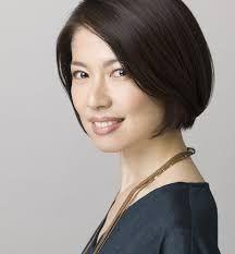 黒髪の純名里沙さん