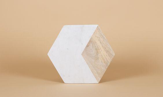 Das 6eckige Brett von Hübsch Interior ist ein absoluter Designliebling. Du hast so viele Möglichkeiten es zu benutzen... Als Schneidebrett, auffälligen Untersetzer am Esstisch, einen Präsentierteller für deinen Schmuck oder Parfümsammlung. Einfach zum Niederknien schön! Maße: 31cm x 31cm x 1cm Material: Mangoholz, Marmor