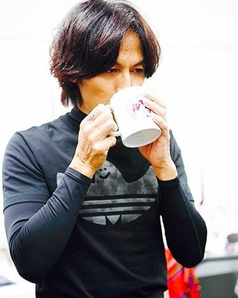 珈琲を飲む稲葉浩志
