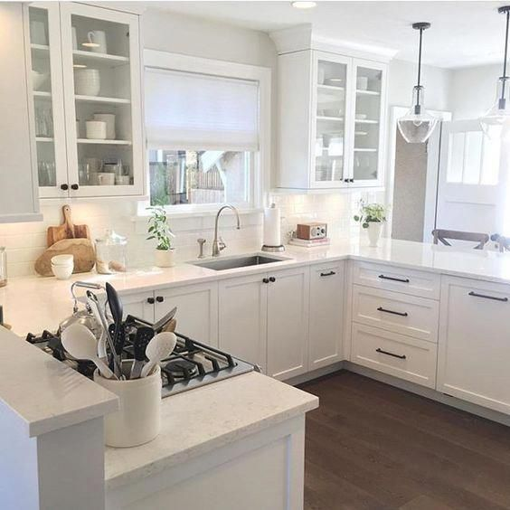 Viatera cirrus quartz in a beautiful white classic style kitchen. #whitekitchen