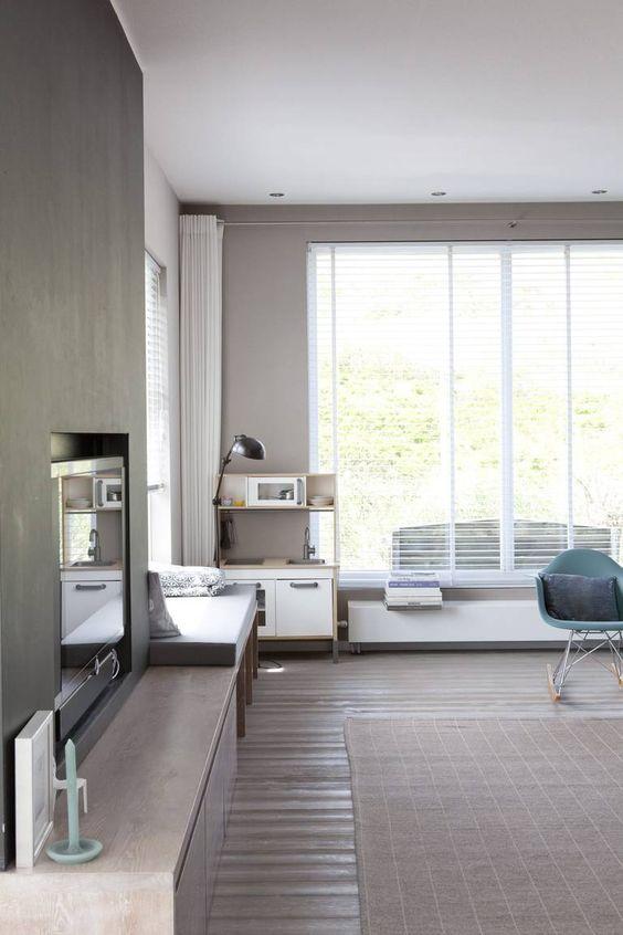STUE: Minimalistisk stue med peis i betong og store vinduer ...