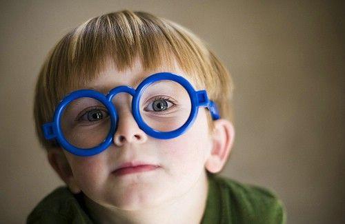 ... um menino lindo de óculos!