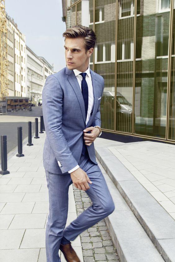 Hellblauer Anzug mit schmalem Revers von THE BLOKE  Bild: ©Per Florian Appelgren