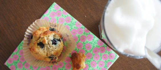 Blauwe bessen-citroen muffins (suikervrij, zuivelvrij, glutenvrij) van kokosmeel met honing!