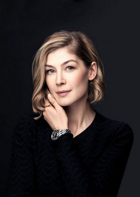Women We Love Rosamund Pike 33 Photos Headshots Women Rosamund Pike Headshot Poses
