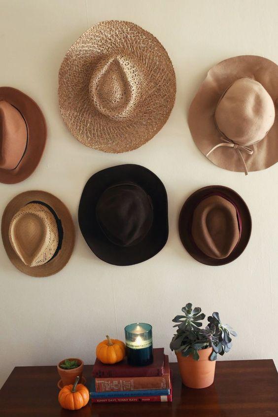 Colección de sombreros, como decoración.