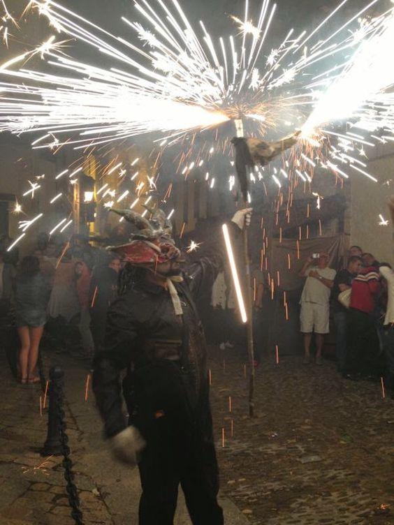Fuego de pirotecnica por las callejuelas de Covarrubias, muy divertido, pero cuidado con la ropa! :-)