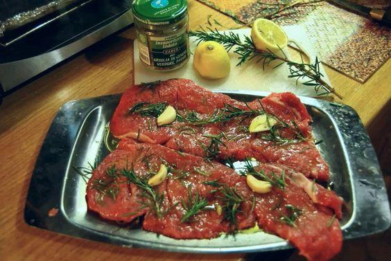 Preparazione tagliata : insaporire con succo di limone, aglio, rosmarino e salamoia bolognese.