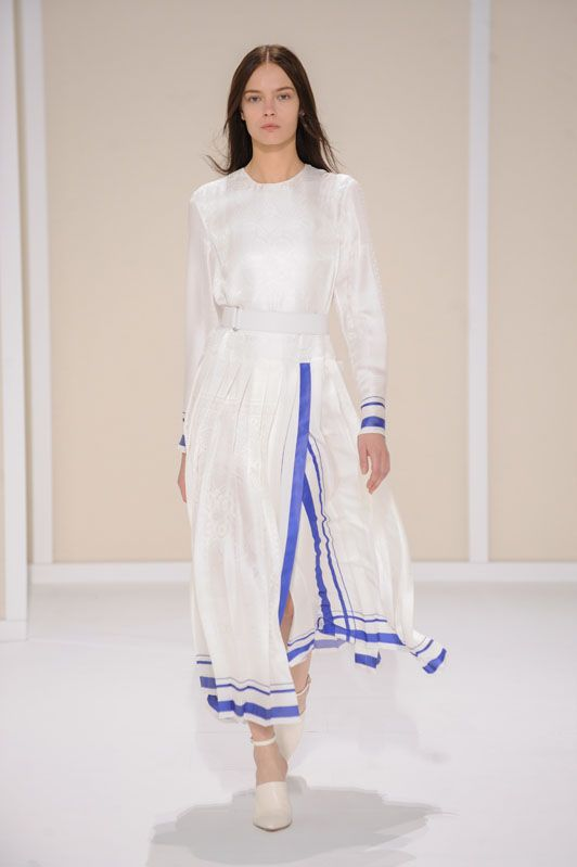 Dress with knife pleats in off-white Bandana éperon d'or silk jacquard, belt in white lambskin, mules and ankle bracelets in off-white smooth calfskin