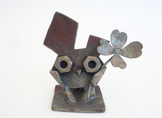 手のひらサイズのかわいいフクロウです。錆びた鉄を使い、仕上げはサビを真鍮ワイヤーで磨き独自の感じを出してます。ギフトやプレゼントなどに縁起物として喜ばれてます...|ハンドメイド、手作り、手仕事品の通販・販売・購入ならCreema。