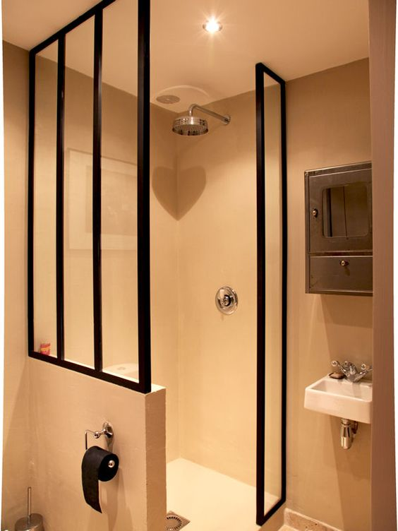 verri re en paroi de douche toilettes des portes en verre et eau. Black Bedroom Furniture Sets. Home Design Ideas