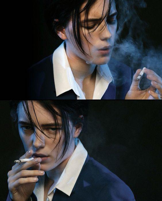 かっこいい女性がタバコを吸う画像