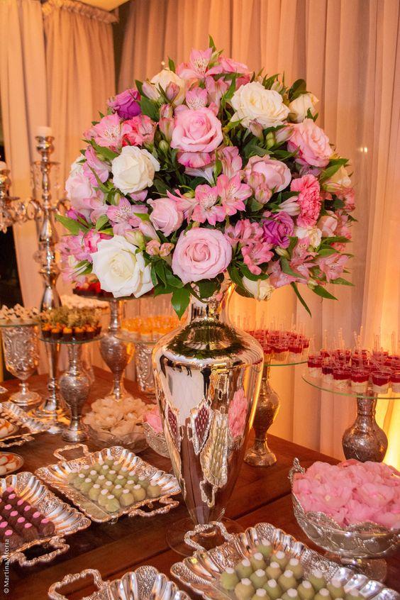 Arranjo floral mesa de doces festa de 15 anos