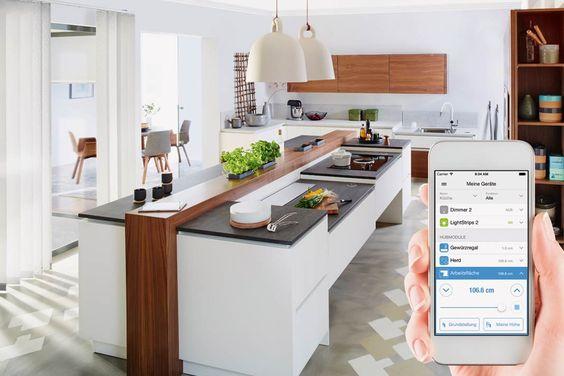 Die Küche als Assistenzsystem ist nicht nur für Senioren interessant. Solch ein System kann unter anderem höhenverstellbare Arbeitsflächen, die Beleuchtung, Rauch- und Wassermelder integrieren. Foto: Tielsa/eQ-3