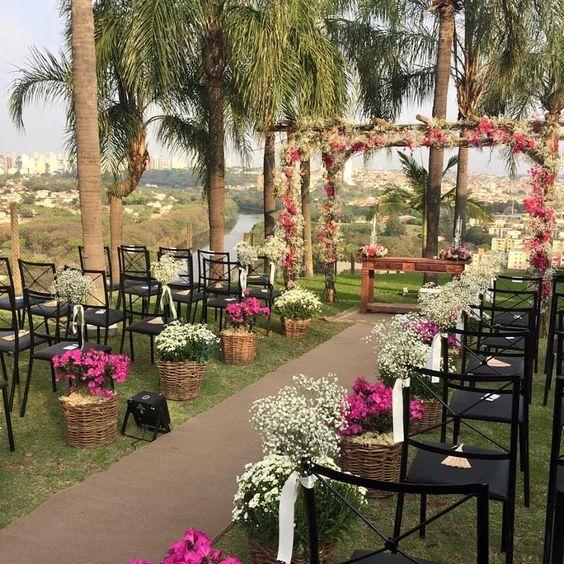 Mini Wedding. Como o próprio nome já diz, se trata de um mini casamento. A característica marcante é a quantia de convidados, que geralmente é de no máximo 100, bem intimista. https://blogdadaiane.com/mini-wedding/